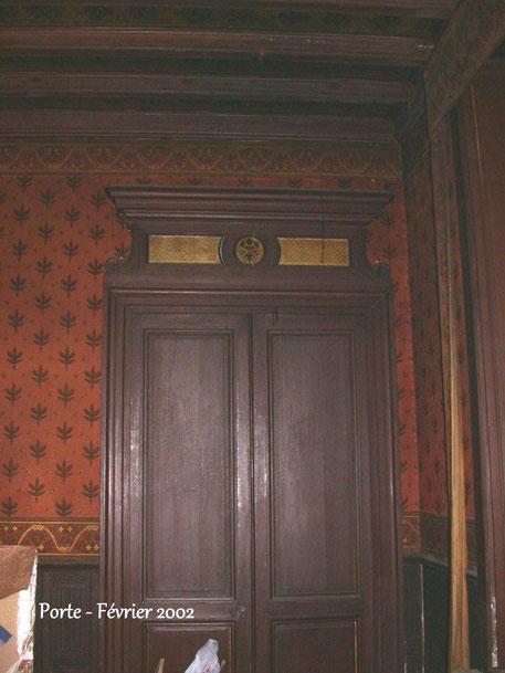 A droite: la même porte