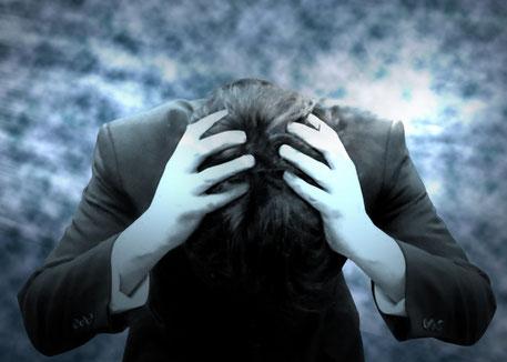 うつ病 鬱病 ストレス サラリーマン 仕事 過労死 残業 上司 パワハラ 頭をかかえる 男性