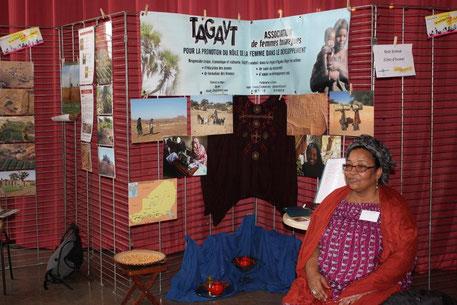 Mariama Alkabouss dans le stand de TAGAYT-FRANCE