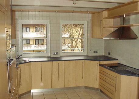 Küche in Ahorn mit Kunststein Arbeitsplatte