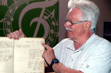 125-jähriges Jubiläum - 2015 - SF Wilfried Schricker mit dem Protokollbuch - Band 1 (1890)