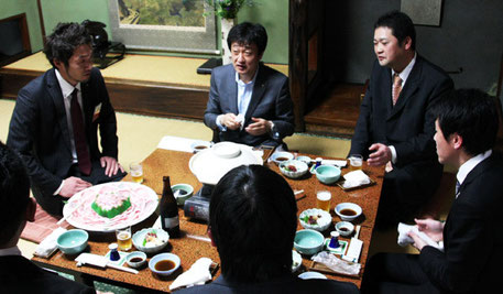 鍋を囲んで親睦を深める岡西副知事と各団体の代表者の皆さん