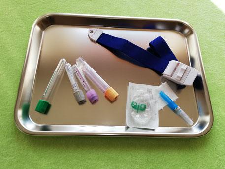 Tablett-mit-Zubehoer-zur-Blutentnahme