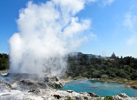 Pohutu Geyser & Blue Lake (Te Puia, Rotorua, NZ)