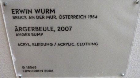 """Der österreichische Künstler Erwin Wurm klärt auf: Was wir immer für ein Zeichen von Freude hielten, ist eigentlich eine """"Ärgerbeule""""!"""
