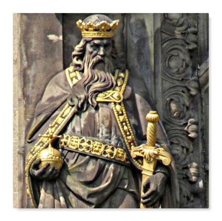 Dieses Bild zeigt einen alten Kaiser oder König mit den Insignien der Macht. dazu gehörte auch ein Reichsapfel.