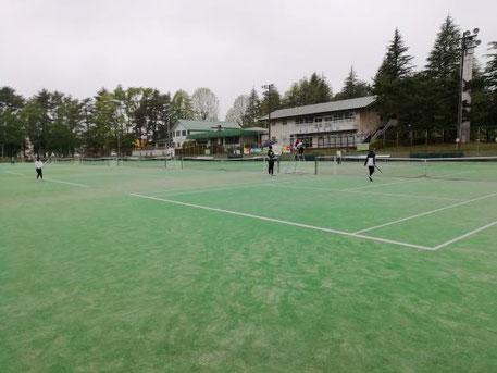 厚い雲に日差しもさえぎられるも、風もなく、試合はみんなの協力で進む