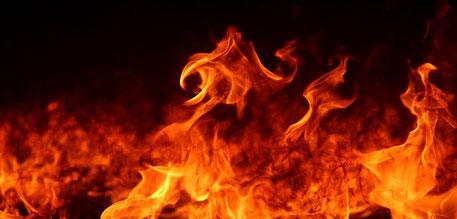 La géhenne ou vallée de Hinnom est associée à l'idolâtrie, à l'infanticide (Tophet) , à la condamnation par Dieu et à la destruction de Jérusalem puis, dans un deuxième temps, au rejet, à la maladie, la saleté, aux immondices, à la destruction par le feu.