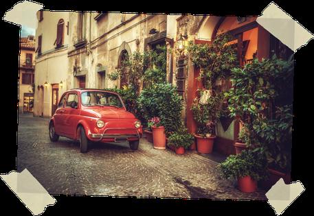 Glänzender Fiat 500 in italienischer Altstadt