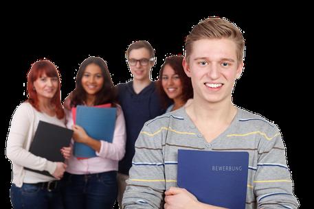 Gruppe junger Menscehn mit Bewerbungsschreiben