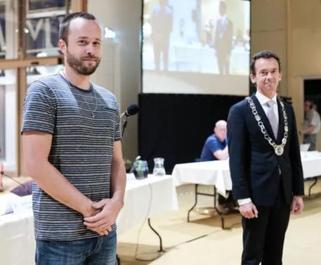Foto uit de Gelderlander: Ik (links) samen met Zevenaar-burgemeester Luciën van Riswijk. © Jan Ruland van den Brink
