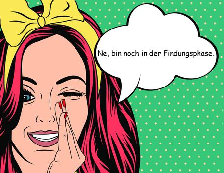 Junge Frau mit roten Haaren und gelber Haarschleife hält sich ihre linke Hand an den Mund und zwinkert mit ihrem linken Auge.