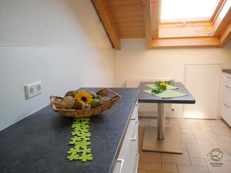 Anrichte & Sitzplatz für Dachküche, Küche mit Dachschräge weiß, Küchenhängeschrank in Dachschräge angepasst, Küchen Oberschrank als Dachschrägenschrank