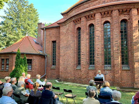 Thomas Kübler begeistert mit Piano und Gesang Freitags an der Auferstehungskirche Rathenow
