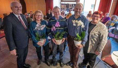 V. links n. rechts: Mesnerpfarrer Bernhard Richter, Brigitte Mazal (40 Jahre), Peter Böttcher (15 Jahre), Peter Ruff (20 Jahre) und Bezirksobfrau Tina Altenburg (Foto  Oliver Giers)