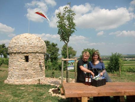 Vor der traumhaften Kulisse des Trullo 16a samt Blick in die Rheinebene ermitteln das Fräulein von Flersheim (Susanne Bähr) und ihr Junker Albrecht (Albrecht Engel) die Gewinner des diesjährigen Trull