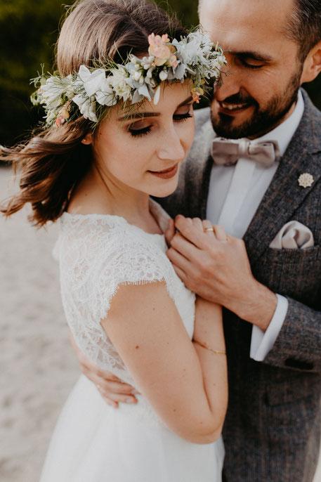 Hochzeitsfotos-am-elbstrand-hochzeitspaar-heiraten-rissen