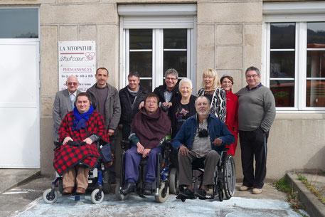 L'équipe de La Myopathie à tout Cœur devant les locaux de l'association en mars 2015