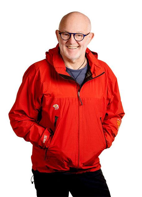 Porträtfoto Lucian Bergmann (in roter Windjacke)