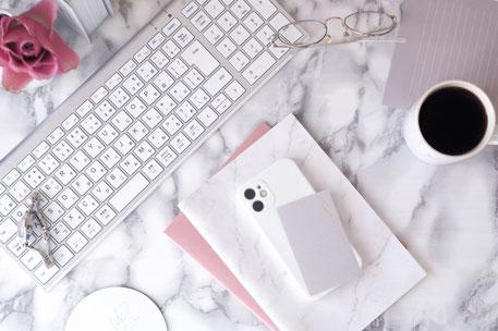 円グラフや棒グラフで数値の推移が示された資料を見ながら、会議を進める上司と部下たち。仕事の見直し。