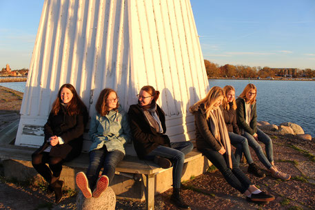 Sophie, Hanne, Lara, Johanna, Klara und Friederike genießen den Sonnenuntergang am Vätternsee