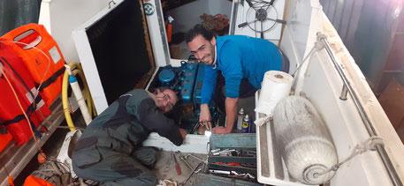 Jean-Charles et Boris aux bons soins du bateau