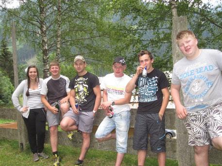 Sonnwend 2013: Die Scheibn, die Scheibn schlog i außn aufs Holz, auf unser SV-Jugend ist die Obfrau Hilde gewaltig stolz !!!