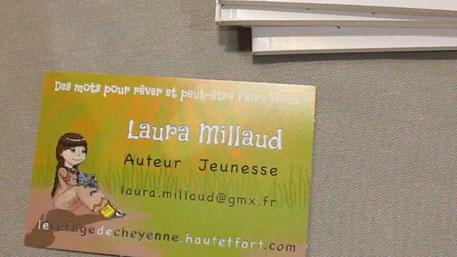 Cartes de visite de l'auteur Laura Millaud sur son stand lors d'un salon du livre, réalisées par la graphiste Cloé Perrotin