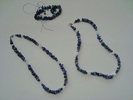 Aus einer langen Lapislazuli - Splitterkette entstanden durch Einarbeitung von Bergkristallkugeln zwei neue Halsketten.