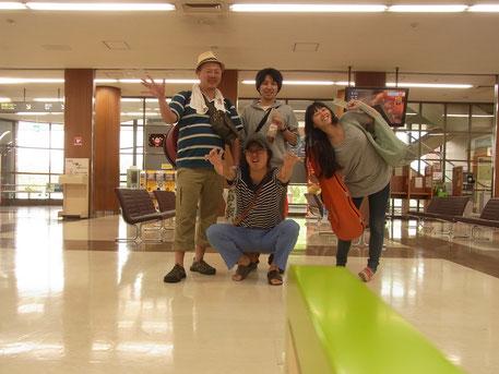 去年の北海道ツアー最終日、寝起きなわたしたち。九州へゆくよ!
