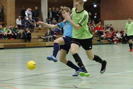 Zweikampf zwischen Wilstermarschs Ole Friedrichs (r.) und dem Averlaker Luca Kjell Jürgens.             Foto: Olaf Jensen