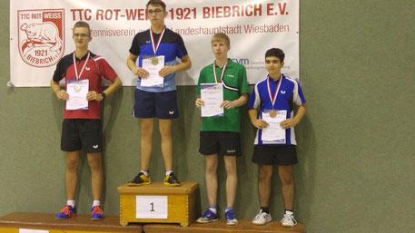 Von links nach rechts: Marvin Fox (Bad Schwalbach) mit der Silbermedaille, Bezirkseinzelmeister Tomás Göske Toro (TTC Königstein), Constantin Summ (Oberjosbach) und Ioannis Papadopoulos (TTC Königstein) mit der Bronzemedaille