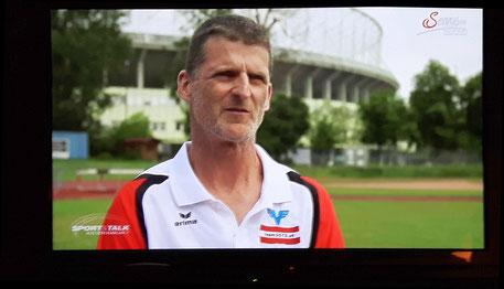 """Beim Interview für """"Talk im Hangar 7"""", wovon kleine Ausschnitte am 13.6. gesendet wurden. (TV-screenshot)"""