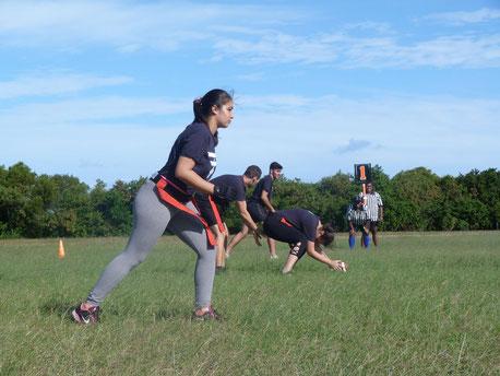 Joueuse et joueurs de Flag Football dans le Club des Flying Fox de Nouméa