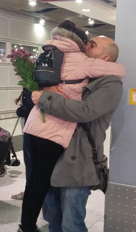 Tochter Sana Zayat fällt ihrem Vater am Düsseldorfer Flughafen in die Arme.                 © Müller