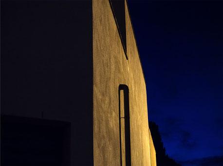 Particolare di un edificio in paese, notturno.