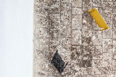 In questo mio scatto, minimalismo e colore, sempre tra i terrazzi. Fotografato in prospettiva invertita.