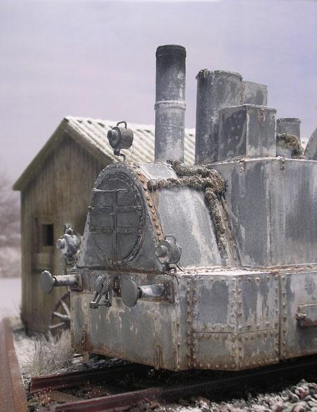 Deutlich ist der Panzeraufbau durch seine vielen Nieten erkennbar. Die Verbindungsleitungen sind zur Wärmekonservierung verpackt.