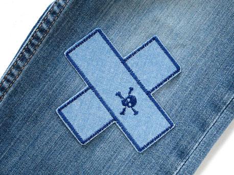 Bild: Jeansflicken zum aufbügeln als Pflaster mit kleinem gestickten Totenkopf