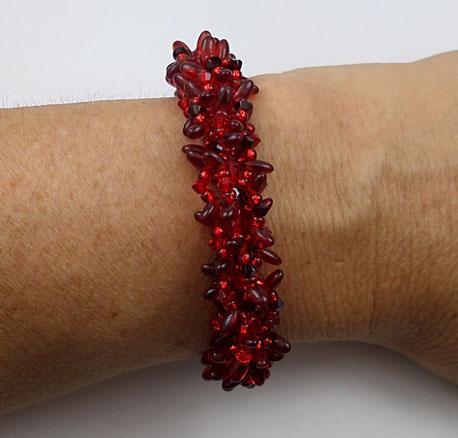 photo-bracelet-createur-tisse-rouge-porte-sur-poignet