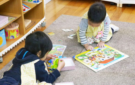 モンテッソーリの個別活動で、2歳児が仲良く活動をしています。