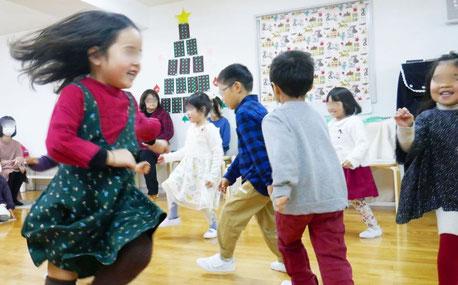 幼稚園児が集団でリトミックを行っています。周りの動きと協調するなど社会性が育まれます。
