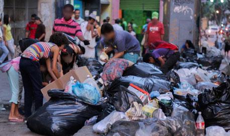 El comunismo, enemigo declarado de la familia, produce análogos efectos donde se instala. En la foto vemos venezolanos comiendo de la basura.