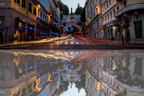"""""""Riflessi della frenesia quotidiana""""  Piazza Goldoni, Scala Dei Giganti - Trieste. """"Premio Canaletto"""" indetto da Spoleto Arte a cura di Vittorio Sgarbi,  contest """"La Biennale di Venezia d'Arte"""" 2019"""