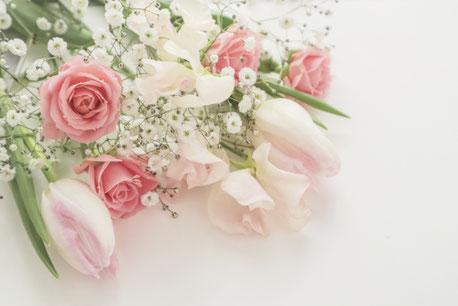 春の花のブーケ。ピンクのバラ、チューリップ、スイトピー、カスミソウ。