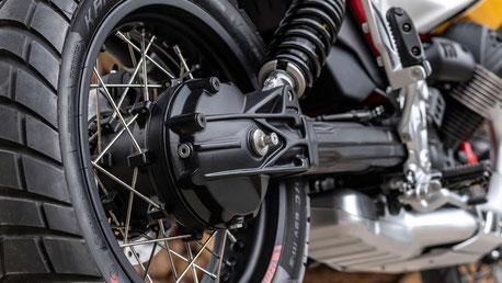 Moto Guzzi V85 TT mit Kardanantrieb und Monoshock Federbein