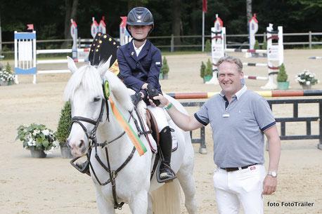 Outdoor Wierden kan voor Robert Vos niet meer stuk. Hij zag zijn 11-jarig zoontje Thijmen de door hem gesponsorde ponyrubriek winnen. Foto FotoTrailer