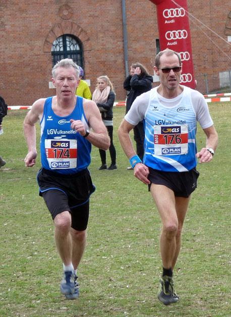 Richard Luxen (rechts), hier zusammen mit Willi Jöxen bei der Cross DM in Ingolstadt war am Wochenende bei den 10 km Straßenlauf Rheinlandmeisterschaften erfolgreich (Foto: Heinz Reifferscheid)