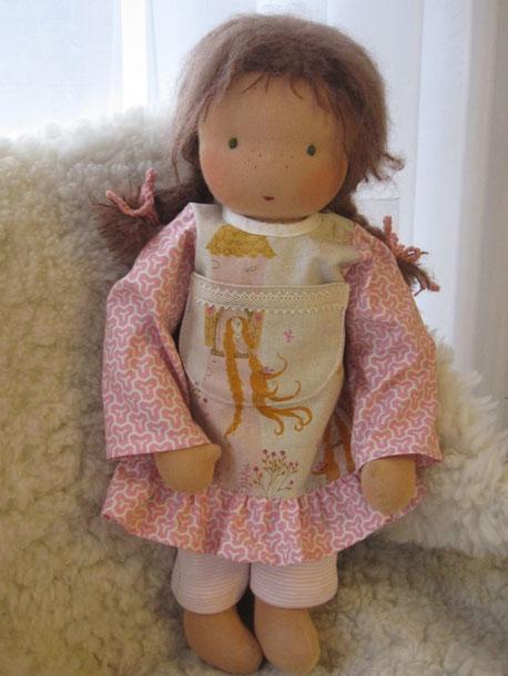 Meine Kleidung trägt jetzt Licias Puppe, denn wie es sich fügte, brauchte deren Familie mein Rotkäppchen-Kleid, wohingegen meine neue Familie erstmal nur einfache Reisekleidung für mich wollte - hier bin ich also in meiner neuen feinen Rapunzel-Tunika!