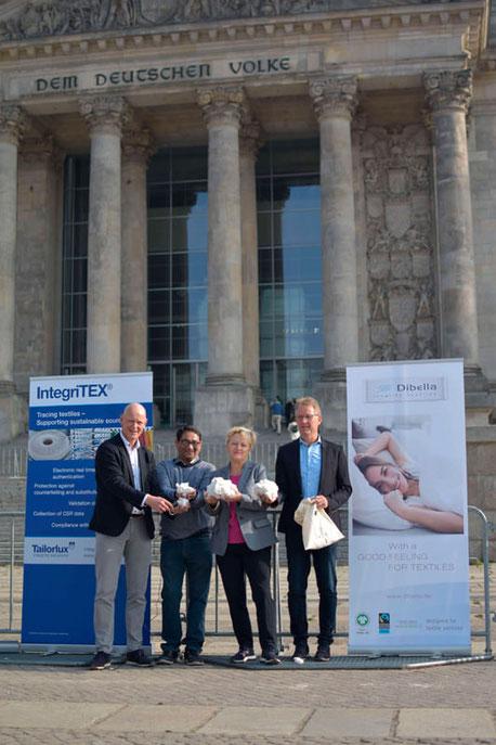 v.l.n.r. Alex. Deitermann (GF Tailorlux GmbH), Arun Ambatipudi (Präsident Chetna Organics), Renate Künast (MdB) und Ralf Hellmann (GF Dibella Firmengruppe) besiegeln die Patenschaft für das innovative Projekt zur Markierung von Bio-Baumwolle